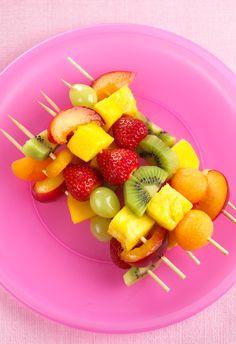 Fraiches et facile à faire, voici les brochettes de fruits !