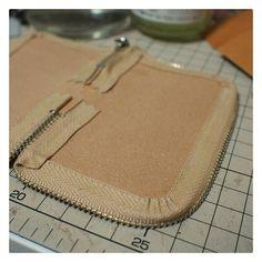 Best 12 Details about DIY Leather Craft Acrylic Clutch Bag Handbag – SkillOfKing. Leather Bag Tutorial, Leather Wallet Pattern, Sewing Leather, Leather Craft, Leather Gifts, Leather Bags Handmade, Handmade Bags, Leather Tooling, Leather Purses