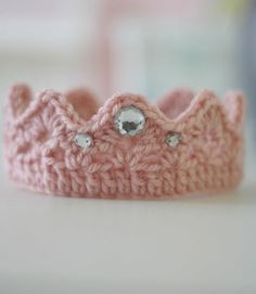 Ravelry: Newborn crochet Crown pattern by Kim Morrow Diy Tricot Crochet, Crochet Bebe, Baby Girl Crochet, Newborn Crochet, Crochet For Kids, Crochet Crafts, Free Crochet, Ravelry Crochet, Crochet Santa