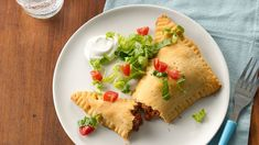 Taco-Stuffed Triangles - This fresh and easy take on tacos uses crescent dough in place of traditional taco shells and is sure to please your family. Mexican Dishes, Mexican Food Recipes, Dinner Recipes, Mexican Meals, Dinner Ideas, Crescent Dough, Crescent Rolls, Crescent Ring, Pillsbury Recipes