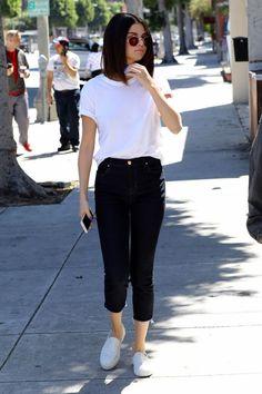 Óculos redondo, blusa, t-shirt branca, calça preta, tênis branco