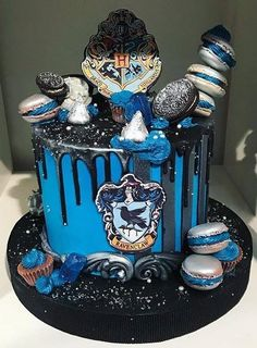 bolo harry potter corvinas potter < Idc about the hashtags just give me the cake! Harry Potter Torte, Harry Potter Thema, Cumpleaños Harry Potter, Harry Potter Birthday Cake, Harry Potter Fiesta, Ravenclaw, Amazing Cakes, Cupcake Cakes, Cupcakes