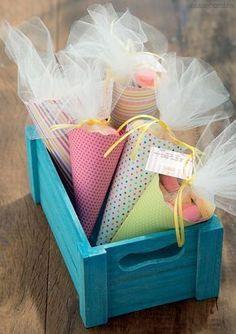Se a festa é infantil, o que acha de agrupar macarons em um simpático cone de papel estampado? Além de ser um docinho aprovado por 99% da população, durante a festa podem fazer parte da decoração se colocados em um caixote colorido. (Foto: Cacá Bratke/Editora Globo)