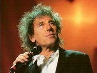Biographie d'Alain Souchon. Ce chanteur aux allures fragiles et discrètes inspire la jeune génération comme Bénabar, Vincent Delerm car Alain Souchon a les mots justes et simples qui touchent.     Depuis son titre « J'ai dix ans », en 1974, Alain Souchon enchaîne les succès, comme les albums « Bidon » en 1976 et « Jamais content » en 1977 ou encore les titres « Y'a de la rumba dans l'AIR », « Allô Maman bobo », « La ballade de Jim »... Biographies, Comme, Che Guevara, Content, Album, Can, Group, Manish, Mom