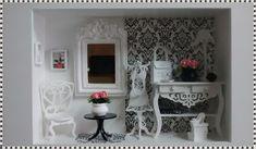 Maravilhoso quadro cenário decorativo, confeccionado em mdf, pintura branca, fundo em decoupáge com papel impor  tado. miniaturas de mdf cortadas a laser, espelho provençal,  miniaturas em resina, rico em detalhes! CENÁRIO EXCLUSIVO  ATELIER BY DREAMS!!! PARA DECORAR SUA LOJA COM SO  FISTICAÇÃO E...
