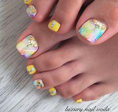 トロピカルなタイダイに曲線アートを重ねて、フットネイルに女性らしいニュアンスを。。♡夏に欠かせない元気なイエローが効いているので、レディだけど甘さ控えめな雰囲気になります✨(id:3096501) Mani Pedi, Toe Nails, Summer Nails, Beauty, Design, Feet Nails, Summery Nails, Toenails