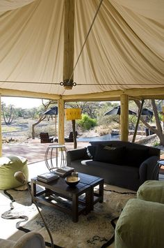 Mesa de metal. Onguma Tented Camp, Onguma Game Reserve, Namibia