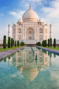 O Taj Mahal é uma das mais belas 7 maravilhas do mundo. Situado junto à antiga… - Tap the link to see the newly released survival and traveling gear for all types of travelers! Places To See, Places To Travel, Travel Destinations, Taj Mahal India, Places Around The World, Around The Worlds, Wonderful Places, Beautiful Places, Temples
