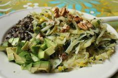 Ein tolles Gericht, zu dem Judith auf Instgram inspiriert wurde - angebratener Weißkohl mit Porree, Avocado und einer Reis-Linsen-Mischung