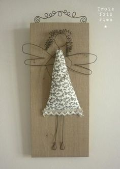 Amazing wire art ideas for your home interiors - Daily Guru Online Wire Crafts, Xmas Crafts, Crafts To Make, Arts And Crafts, Christmas Angels, Christmas Holidays, Christmas Decorations, Christmas Ornaments, Diy Projects To Try