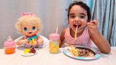Baby Alive Clarabela e Bia na hora do almoço.