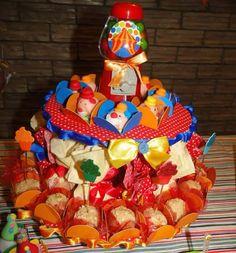 Baleiro decorado c trouxinhas de sonho de valsa, docinhos de palhacinho e castanha de caju