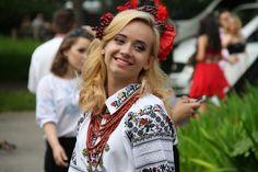 Галицька дефиляда у Тернополі у Зелені Св'ята. От такі вони файні дівчата --- українки.