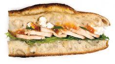 Une recette de sandwich au poulet grillé, abricots et feta, présentée sur zeste.tv