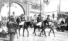 La Reina Victoria Eugenia con las Infantas por el Real de la Feria, año 1929.