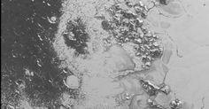 """21.jul.2015 - Nova imagem do 'coração de Plutão' exibe uma superfície mais detalhada da chamada região de Tombaugh pelos cientistas da Nasa (Agência Espacial Norte-Americana). """"Há uma diferença na textura da parte mais clara, onde há áreas planas congeladas, com a parte escura, com muitas crateras"""", diz Jeff Moore"""