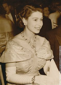 Queen Elizabeth II wearing Queen Victorias Ruby and diamond necklace Die Queen, Hm The Queen, Royal Queen, Her Majesty The Queen, Windsor, Young Queen Elizabeth, Prinz Philip, British Royal Families, Isabel Ii