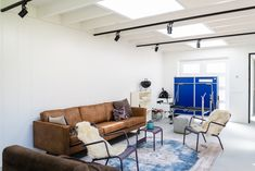Deze inpandige kamer is omgetoverd tot een zeer prettige verblijfsruimte met natuurlijk licht. Modern Design, Conference Room, Couch, Table, Furniture, Home Decor, Settee, Decoration Home, Sofa