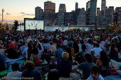 Em São Paulo, os cinemas ao ar livre começaram a ganhar o carinho da população. Mas em Nova York, E.U.A, as sessões abertas e gratuitas já são uma tradição durante o verão.