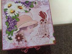 Cx decorada com papel de Scrap Litoarte coleção Lili Negrão .Flores Decorativas Carol Arte coleção Lili Negrão .