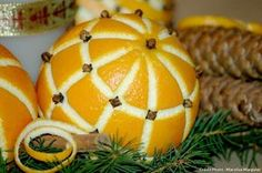 Oranges décorées avec des clous de girofle pour Noël. #orange #agrume #pomandere #deconoel #pommedepin #xmastime Christmas Deco, Christmas Time, Christmas Crafts, Deco Orange, Deco Fruit, Watermelon, Pumpkin, Food, Art Floral