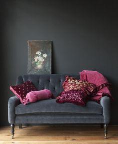Imponente canto de sala com sofá e parede grafite e almofadas pink  Adorei #Decoração #decoration #ornamentos #composição #detalhes #decor #decoration #adornment  #ornament #details #Casa #lar  #home #house # maison