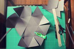 Avec mon Barbu, on réalise un projet à quatre mains pour la maison : une lampe geoball.  Mix de deux idées trouvées sur Pinterest : la do...