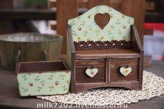 Набор `Сердечное кантри`. Мини-комодик в деревенском стиле и маленькая корзинка-подставочка для хранения любимых девичьих безделушек - серьги, браслетики, колечки, цепочки, заколочки и резиночки - теперь все эти сокровища можно хранить в этом наборчике.