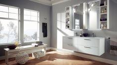 FONT Vetro opaco e colore Bianco Assoluto per la base e i coprifianchi della composizione che include pensili laccati con anta a specchio e vani a giorno laccati dello stesso colore. In vetro opaco Bianco Assoluto anche il piano (prof. 52 cm) con doppio lavabo Next.