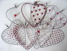 ,,SRDÍČKA NA PŘÁNÍ,, :-) Wire Crafts, Metal Crafts, Copper Wire Art, Wire Ornaments, Heart Crafts, Valentines Day Decorations, Wire Weaving, Decoration Table, Beads And Wire