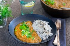 Daal på linser | Recept touchoftaste.se Daal, Bongs, Yogurt, Curry, Touch, Ethnic Recipes, Food, Cilantro, Curries