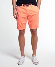 Superdry International Hyper Short Orang - Superdry International Hyper Pop Chino Shorts für Herren. Chino Shorts aus weichem Baumwoll-Twill, im 5-Pocket-Stil und mit Knopfleiste. Ein passender, gestreifter Gürtel wird gleich mitgeliefert. Vervollständigt wird das Design der International Hyper Pop Chino Shorts durch einen Superdry-Logoaufnäher auf einer Gesäßtasche.