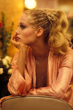 elizabeth berkley photographed by murray close on set of showgirls, 1995 Glitter Force, Glitter Stars, Beauty Makeup, Hair Makeup, Hair Beauty, Elizabeth Berkley Showgirls, Glitter Texture, Movie Makeup, Foto Pose
