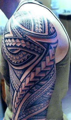 Tatuagens no Ombro representa a dificil personalidade e os maori, os projetos da tatuagem ajuda a olha que linda