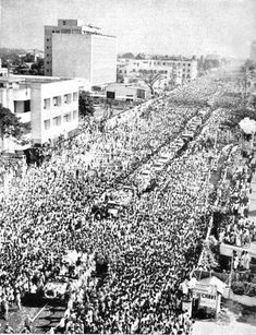 Largest funeral in recorded human history where over 15 million Tamils thronged the streets of Madras mourning their beloved leader chief minister C. Rare Pictures, Rare Photos, Vintage Photos, Freedom Fighters Of India, Colonial India, India Painting, Rare Historical Photos, Amazing India, Shocking Facts