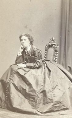 Портрет женщины в шелковом платье с кринолином