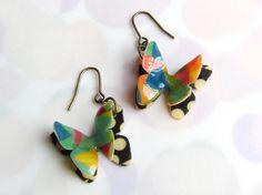 オリジナルイラストを樹脂加工して制作した蝶々。羽に表情をつけて立体的に。ひらひら舞っているようなイメージのピアスです。 裏はフラットなデザインです。 主素材が...|ハンドメイド、手作り、手仕事品の通販・販売・購入ならCreema。