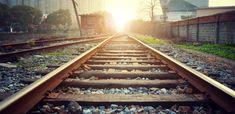 Am putea să ne imaginăm omenirea care tocmai pășise în anul 2020 asemenea unui om stând cu mâinile sub cap și privind resemnat spre un cer de unde așteaptă să Frankfurt, Railroad Tracks, Maine, Parents, Central Station, Train, Messages