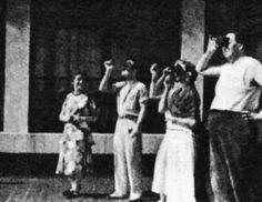 Frida Kahlo y Diego Rivera viendo un eclipse solar con la ayuda de las radiografías de Frida.