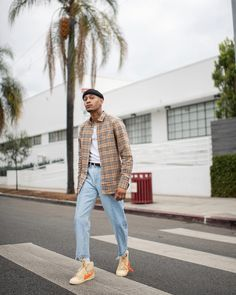 Tô viajando nesse look com xadrez, jeans, tênis amarelo, camiseta branca e touca. Simple Fall Outfits, Fall Fashion Outfits, Cool Outfits, Autumn Fashion, Burberry Outfit, Burberry Men, Mode Streetwear, Streetwear Fashion, Men Street