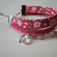 Bracelet en tissue rouge et cordon ajouter de breloque liberty assortie au boucle d'oreille cabochon dans la boutique