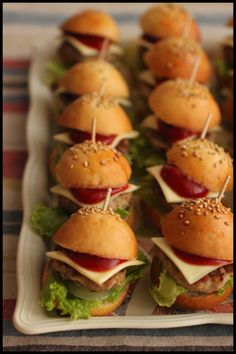 25 Easy Tiny Finger Food Recipe Ideas You Can Serve on a Toothpick Whether you're throwing a dinner Cute Food, A Food, Food And Drink, Yummy Food, Easy Meals For Kids, Kids Meals, Mini Hamburgers, Gourmet Recipes, Healthy Recipes