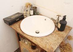 アンティークの机を切って水道をはめた洗面台。