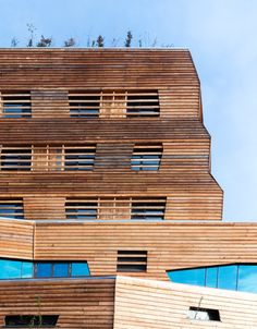 """Das """"Wälderhaus"""" in Wilhelmsburg Mitte, entworfen vom Hamburger Büro Andreas Heller Architects & Designers, widmet sich in einer Dauerausstellung dem Thema """"Wald und Nachhaltigkeit"""" und bietet obendrein Seminarräume plus Übernachtungsmöglichkeiten. Foto © IBA"""