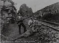 Boereskerpskutters langs 'n spoorlyn. Die man in die wit baadjie is Henry Williams, later lid van Danie Theron se vrywilligers