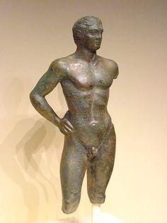 Estatuilla de bronce etrusca de un joven. etrusca C.325 BCE