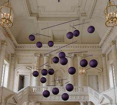 Le Mobile, Xavier Veilhan, 2009. Suspendus et constamment en mouvement, les mobiles représentent les pensées des visiteurs passés ou présents du château. Ils évoquent la continuité d un présent, insaisissable. Ils matérialisent l'air en mouvement, la permanence de cycles et l'écoulement du temps.