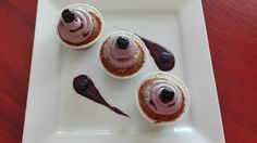 Rebarborové cupcaky s borůvkovo-karamelovou pěnou Muffin, Breakfast, Desserts, Food, Morning Coffee, Tailgate Desserts, Deserts, Eten, Postres