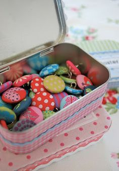 mamas junk: boxes and plaster Cool Buttons, How To Make Buttons, Makeup Table Vanity, Makeup Tables, Sweet Little Things, Art Deco Furniture, Furniture Design, Altoids Tins, Crochet Buttons