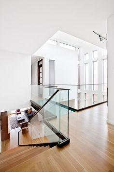 Čisté linie, prosvětlený prostor plný přírodních materiálů v modení vile. #milionsnu